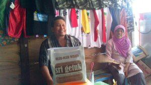 Sudarto didampingi Taromi, pedagang oleh-oleh di obyek wisata Sri Getuk, Desa Bleberan, Playen, Gunungkidul, saat berbincang pengembangan peluang bisnis wisata, salah satunya kesiapan pedagang menampung produk lokal untuk dipasarkan.